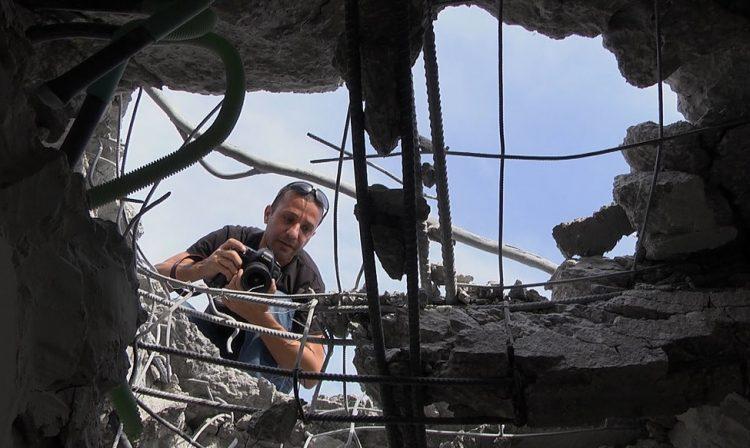 הצלם אדי ישראל  | צילום מתוך הסרט מחוץ לפריים