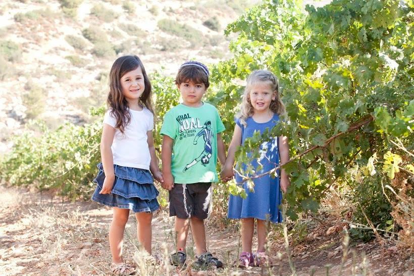 ילדי דלב ליד נוף הכרמים
