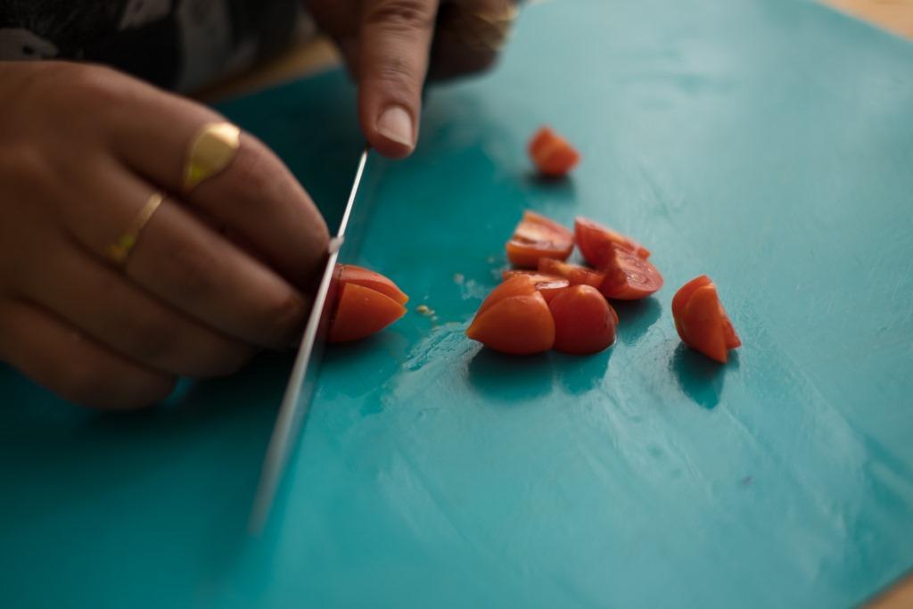 חיתוך עגבניות לקינואה|צילום: נטע גפני
