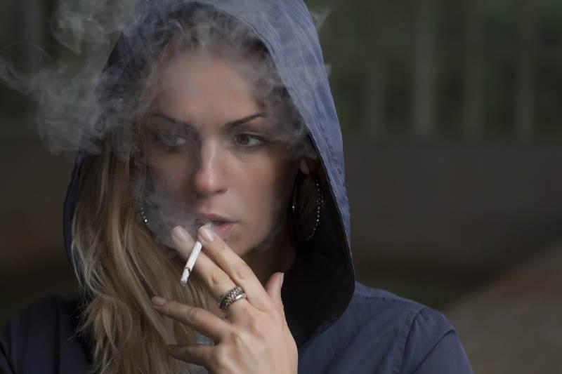יבוטלו כל פינות העישון שמוקמו עד היום בחזיתות בית-החולים איכילוב. בתמונה: אישה מעשנת | צילום המחשה (למצולמת אין כל קשר לנאמר בכתבה): www.pixabay.com