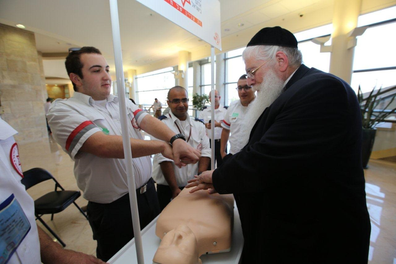 """מד""""א   צילום: באדיבול מד""""אח""""כ פורוש לומד לבצע החייאה ממתנדב"""