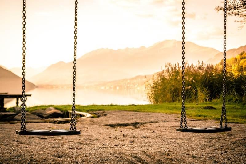 ביטול חזקת הגיל הרך מעוררת ויכוחים משפטיים מהותיים. בתמונה: נדנדות ילדים ריקות   צילום המחשה: www.pixabay.com